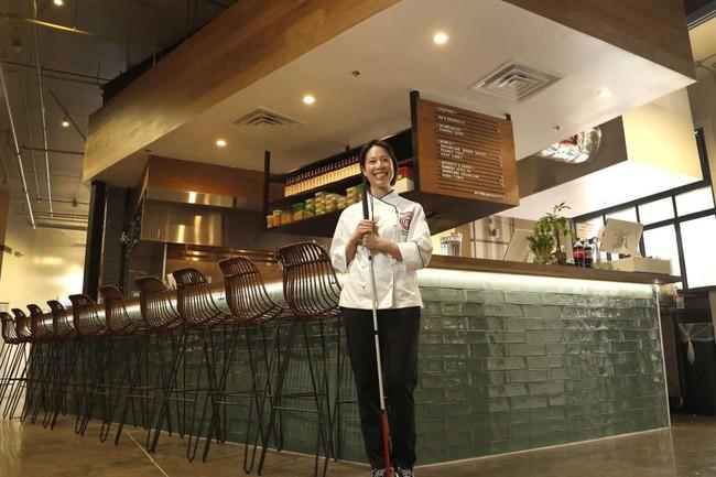 """Một đầu bếp Việt nổi tiếng gây bão mạng khi thẳng thừng chê món ăn ở quán Vua đầu bếp Christine Hà không ngon, nhân viên """"mặc áo bông rẻ tiền làm order và ăn nói rất bố láo""""? - Ảnh 2."""