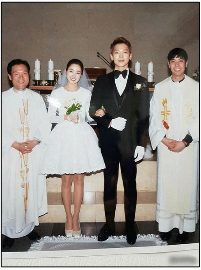 """Kim Tae Hee xinh ngất ngây khi mặc váy cưới một lần nữa nhưng có lẽ không thể sánh bằng """"cô dâu xịn"""" bên Bi Rain - Ảnh 7."""
