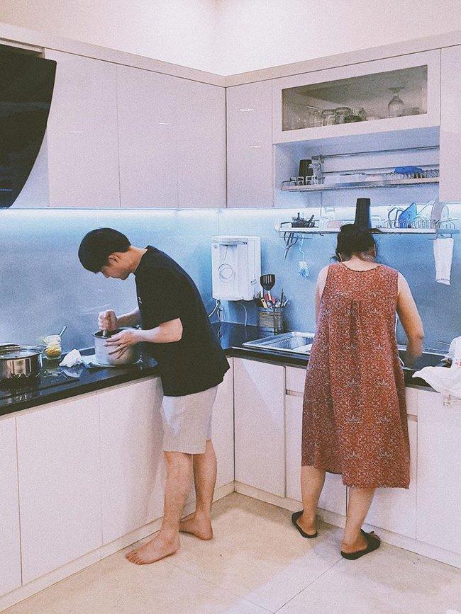 """Không chỉ """"cuồng vợ"""", Ông Cao Thắng còn chiều chuộng Đông Nhi đến mức không để cô phải động tay vào việc bếp núc - Ảnh 2."""