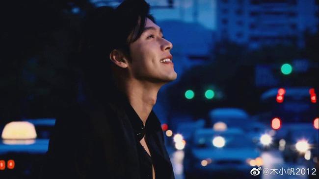"""Loạt ảnh tuổi 23 của Hyun Bin gây bão weibo vì sở hữu """"combo"""" gây sát thương:  Góc nghiêng cực phẩm lại thêm má lúm đồng tiền  - Ảnh 3."""