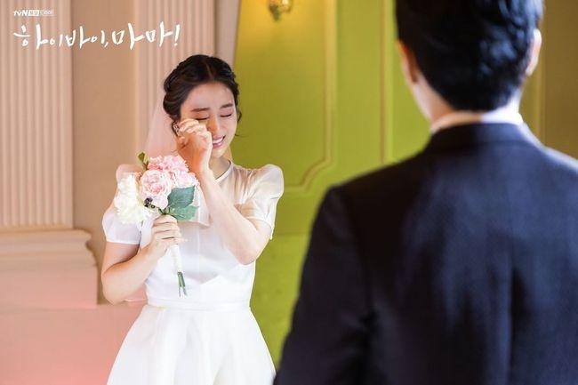 """Kim Tae Hee xinh ngất ngây khi mặc váy cưới một lần nữa nhưng có lẽ không thể sánh bằng """"cô dâu xịn"""" bên Bi Rain - Ảnh 2."""