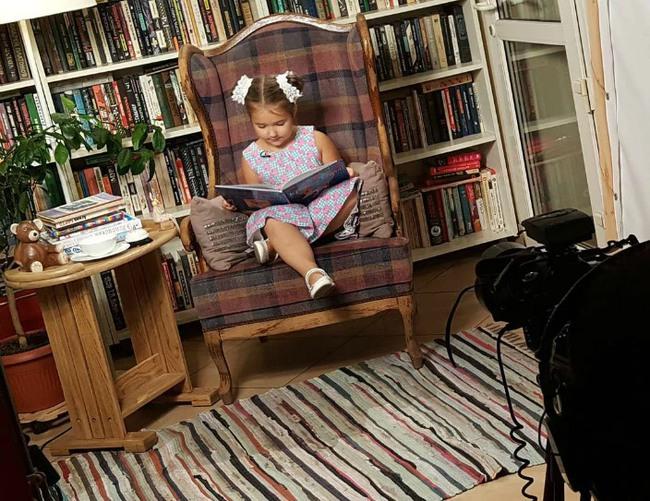 Cô bé 7 tuổi nói thành thạo 8 ngoại ngữ nhờ cách dạy con tuyệt vời của mẹ bé - Ảnh 4.