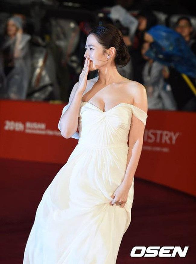 """Những lần """"khuynh đảo"""" thảm đỏ của chị đẹp Son Ye Jin: Hàng trăm khoảnh khắc tựa nữ thần vẫn không """"gây bão"""" bằng cái năm tay với Jung Hae In - Ảnh 3."""