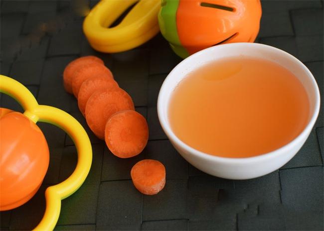 """Chuyên gia dinh dưỡng giải thích về """"truyền thuyết"""" tráng ruột bằng nước cà rốt giúp trẻ ăn dặm tốt - Ảnh 1."""