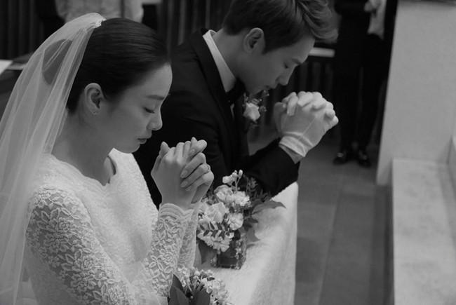 """Kim Tae Hee xinh ngất ngây khi mặc váy cưới một lần nữa nhưng có lẽ không thể sánh bằng """"cô dâu xịn"""" bên Bi Rain - Ảnh 5."""