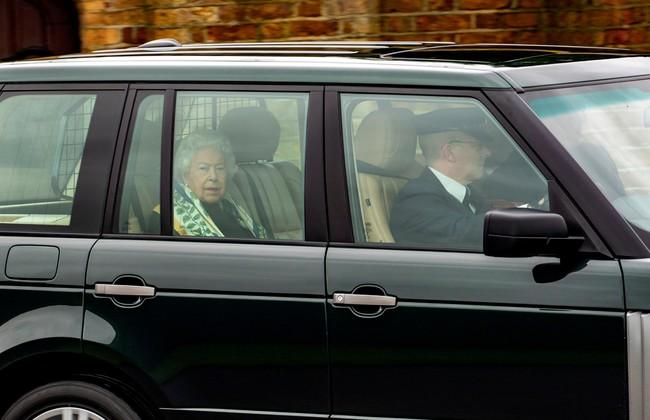 Nữ hoàng Anh lần đầu lộ diện sau cú sốc