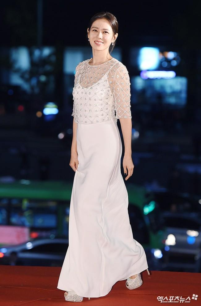 """Những lần """"khuynh đảo"""" thảm đỏ của chị đẹp Son Ye Jin: Hàng trăm khoảnh khắc tựa nữ thần vẫn không """"gây bão"""" bằng cái năm tay với Jung Hae In - Ảnh 5."""