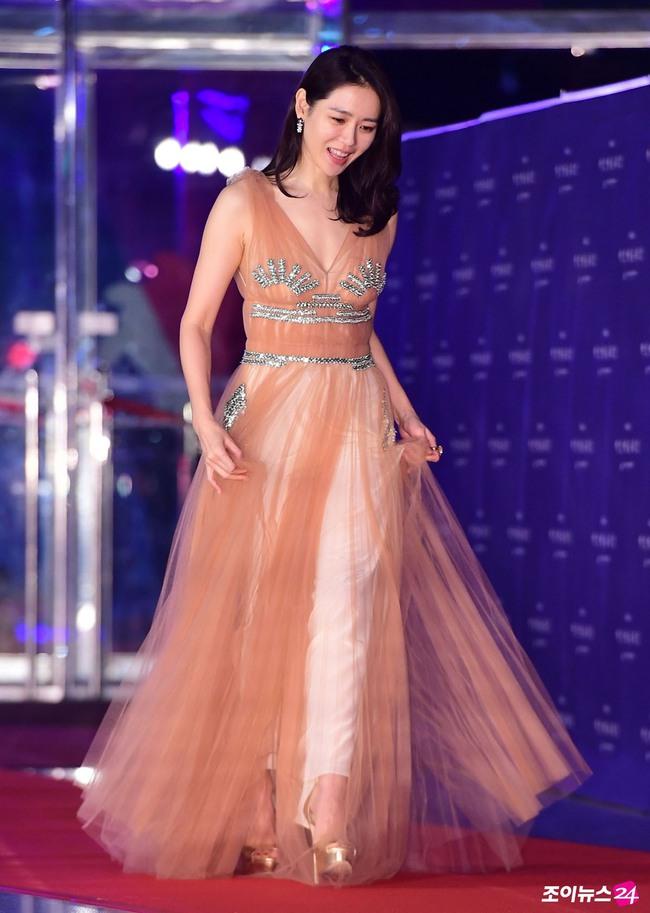 """Những lần """"khuynh đảo"""" thảm đỏ của chị đẹp Son Ye Jin: Hàng trăm khoảnh khắc tựa nữ thần vẫn không """"gây bão"""" bằng cái năm tay với Jung Hae In - Ảnh 7."""