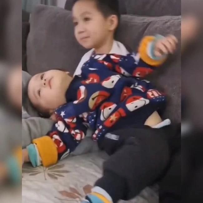 Mẹ chia sẻ hình ảnh hai anh em yêu thương nhau khiến cộng đồng mạng tấm tắc khen ngợi - Ảnh 2.