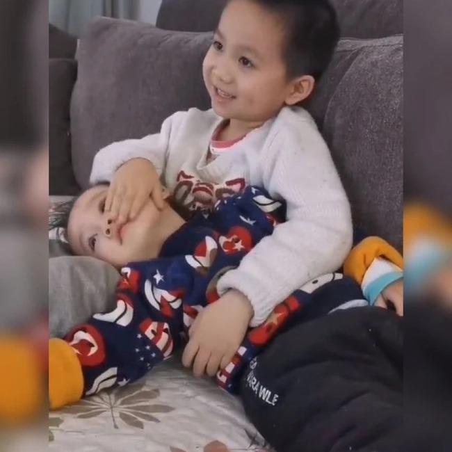 Mẹ chia sẻ hình ảnh hai anh em yêu thương nhau khiến cộng đồng mạng tấm tắc khen ngợi - Ảnh 4.