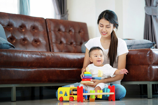 Trẻ đang chơi mà chán, đưa cho con món đồ chơi khác không phải ý hay, đây mới là việc bố mẹ nên làm - Ảnh 1.