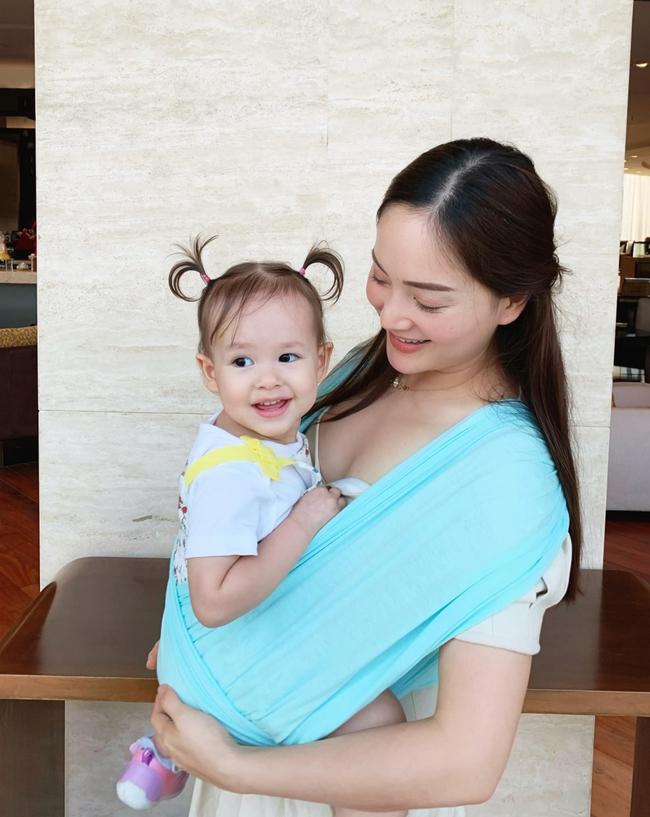 """Mẹ con Lan Phương """"nắm tay đi khắp thế gian"""", đáng yêu hơn cả là cô con gái nhỏ ngày càng dạn dĩ, tự lập trong sinh hoạt - Ảnh 7."""