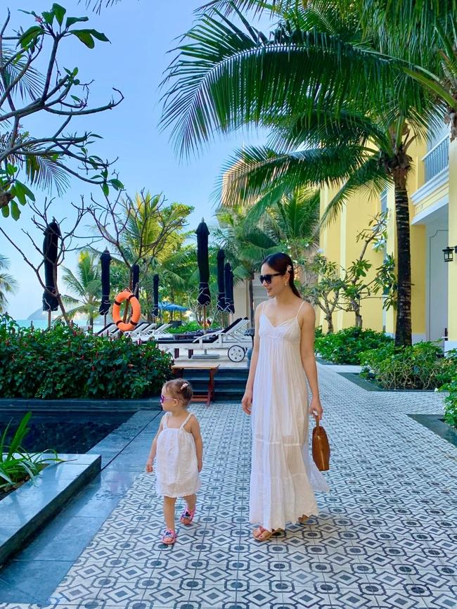 """Mẹ con Lan Phương """"nắm tay đi khắp thế gian"""", đáng yêu hơn cả là cô con gái nhỏ ngày càng dạn dĩ, tự lập trong sinh hoạt - Ảnh 8."""