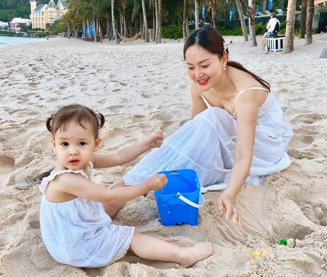 """Mẹ con Lan Phương """"nắm tay đi khắp thế gian"""", đáng yêu hơn cả là cô con gái nhỏ ngày càng dạn dĩ, tự lập trong sinh hoạt - Ảnh 10."""