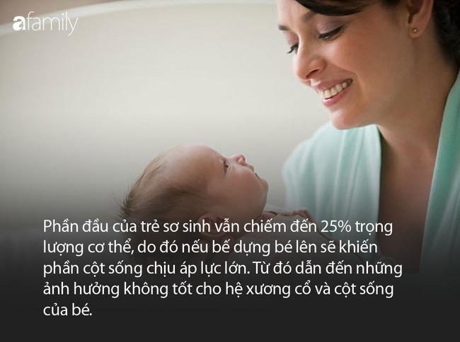 """Nhìn hành động bế ru, đặt em bé ngủ vô cùng """"thần sầu"""" của cậu bé này, nhiều bà mẹ trẻ có khi còn hổ thẹn không bằng! - Ảnh 4."""