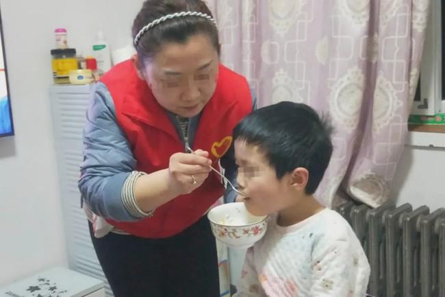Ông nội đột ngột qua đời, cháu bé 6 tuổi ăn bánh quy và sống bên cạnh thi thể mãi đến 3 ngày sau mới được phát hiện - Ảnh 2.