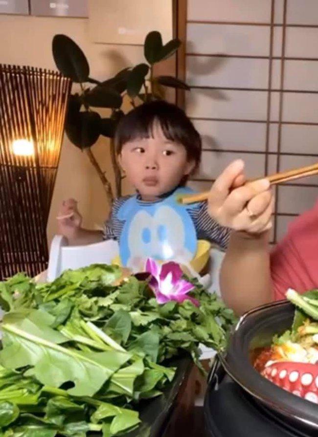 Bé Sa bất ngờ lên sóng trở lại cùng mẹ Quỳnh Trần trong vlog ăn lẩu thái, nhưng khả năng nói tiếng Việt của cậu bé mới gây bất ngờ - Ảnh 6.