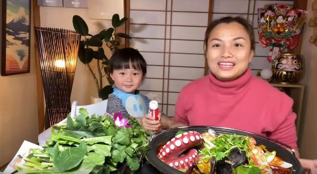 Bé Sa bất ngờ lên sóng trở lại cùng mẹ Quỳnh Trần trong vlog ăn lẩu thái, nhưng khả năng nói tiếng Việt của cậu bé mới gây bất ngờ - Ảnh 3.