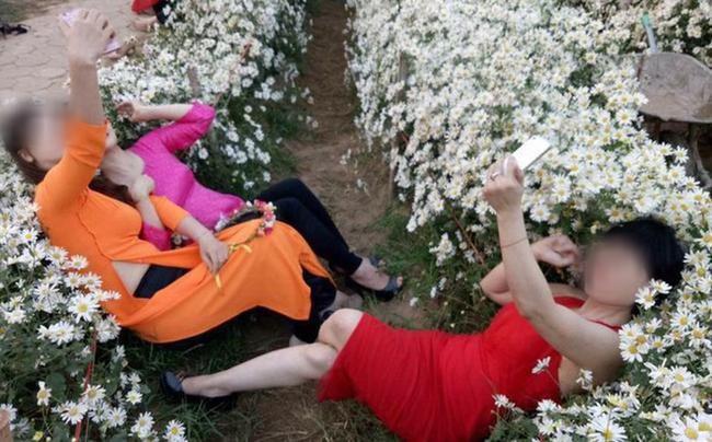 """Bất chấp biển cấm, nhóm người phụ nữ mặc áo dài vẫn ngồi, nằm lên cỏ để chụp ảnh, tạo dáng ở bảo tàng cafe nhận """"gạch đá"""" từ dân mạng - Ảnh 7."""