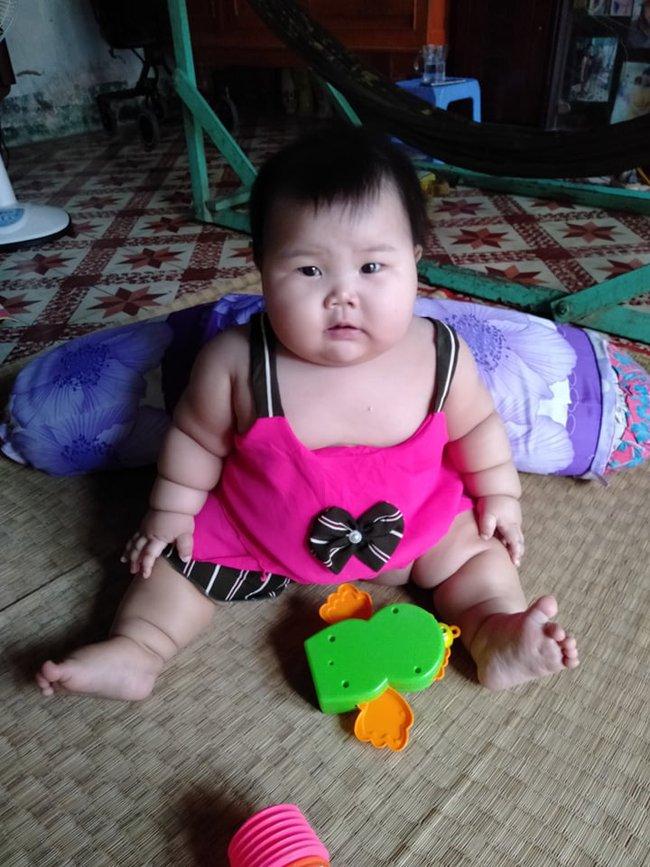 Cô bé 9 tháng tuổi nặng 18kg, chân tay đầy ngấn như chiếc bánh tét khiến cư dân mạng cứ trầm trồ không ngừng - Ảnh 8.