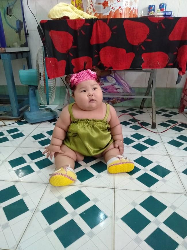Cô bé 9 tháng tuổi nặng 18kg, chân tay đầy ngấn như chiếc bánh tét khiến cư dân mạng cứ trầm trồ không ngừng - Ảnh 7.