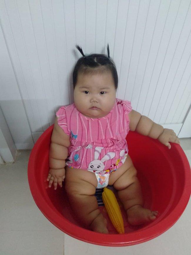 Cô bé 9 tháng tuổi nặng 18kg, chân tay đầy ngấn như chiếc bánh tét khiến cư dân mạng cứ trầm trồ không ngừng - Ảnh 4.