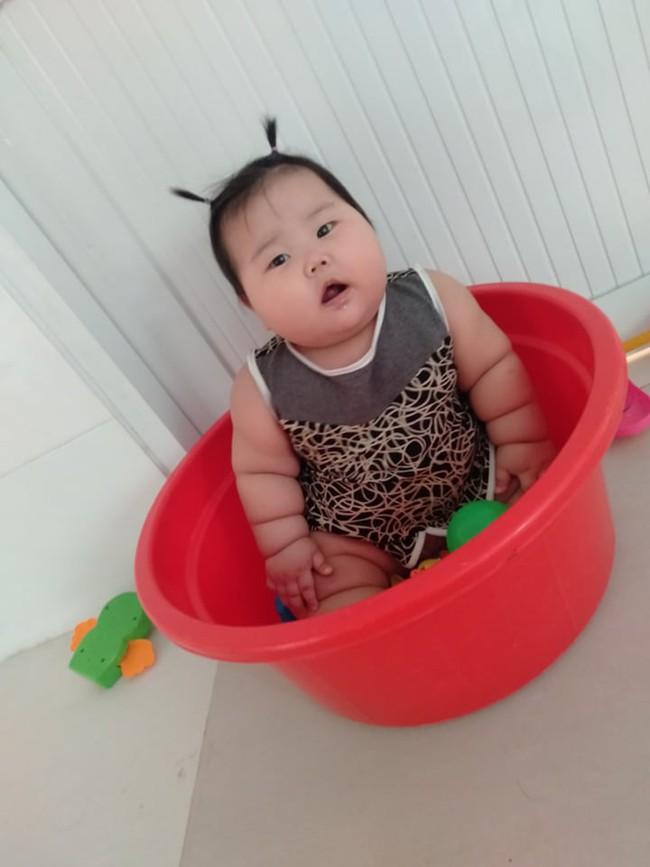 Cô bé 9 tháng tuổi nặng 18kg, chân tay đầy ngấn như chiếc bánh tét khiến cư dân mạng cứ trầm trồ không ngừng - Ảnh 5.