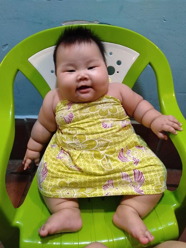 Cô bé 9 tháng tuổi nặng 18kg, chân tay đầy ngấn như chiếc bánh tét khiến cư dân mạng cứ trầm trồ không ngừng - Ảnh 6.