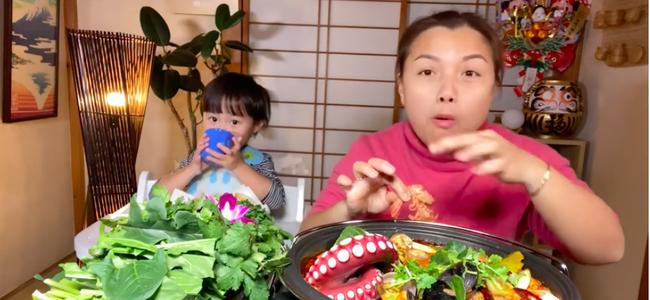 Bé Sa bất ngờ lên sóng trở lại cùng mẹ Quỳnh Trần trong vlog ăn lẩu thái, nhưng khả năng nói tiếng Việt của cậu bé mới gây bất ngờ - Ảnh 5.
