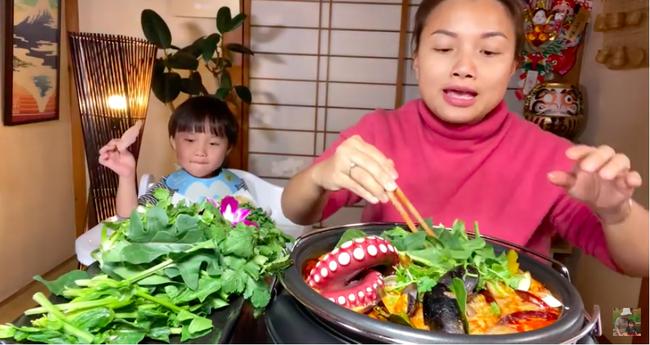 Bé Sa bất ngờ lên sóng trở lại cùng mẹ Quỳnh Trần trong vlog ăn lẩu thái, nhưng khả năng nói tiếng Việt của cậu bé mới gây bất ngờ - Ảnh 4.
