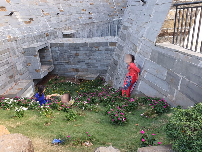 """Bất chấp biển cấm, nhóm người phụ nữ mặc áo dài vẫn ngồi, nằm lên cỏ để chụp ảnh, tạo dáng ở bảo tàng cafe nhận """"gạch đá"""" từ dân mạng - Ảnh 2."""
