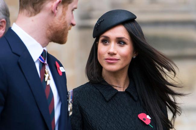 """Sau khi bị Canada """"hắt hủi"""", vợ chồng Meghan Markle đón nhận tin buồn cay đắng khác, khiến Nữ hoàng Anh vô cùng khó xử - Ảnh 1."""