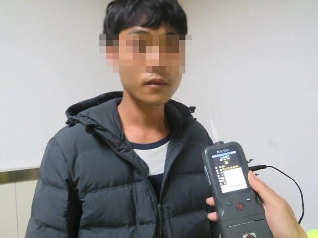 Người phụ nữ say rượu lái xe lao thẳng xuống ao, sau khi gọi bạn trai cũ giúp đỡ, anh cũng bị cảnh sát phạt vì lý do không ngờ - Ảnh 3.