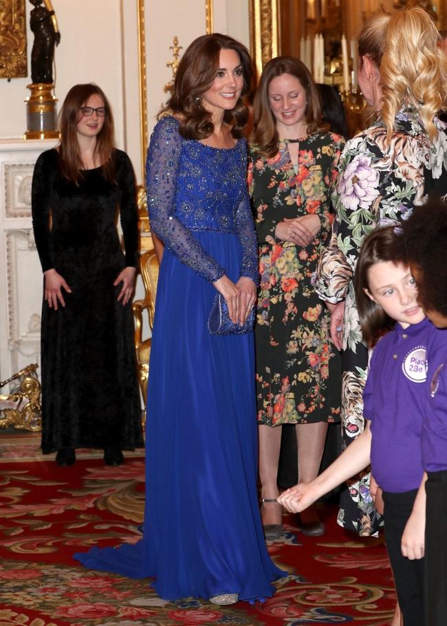 Diện lại đồ cũ phải đẳng cấp như Công nương Kate: Tuổi đã cao hơn nhưng trông lại trẻ ra và sang trọng gấp trăm lần mới tài - Ảnh 1.