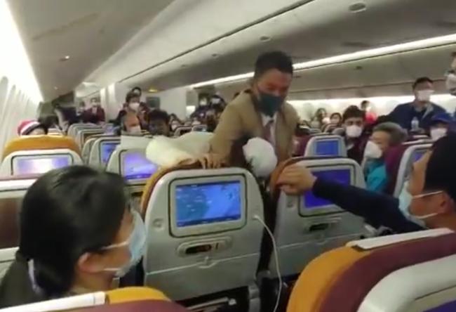 """Nóng lòng muốn xuống khỏi máy bay, nữ hành khách Trung Quốc """"chơi chiêu"""" ho thẳng vào tiếp viên gây ra cảnh tượng hỗn loạn - Ảnh 1."""
