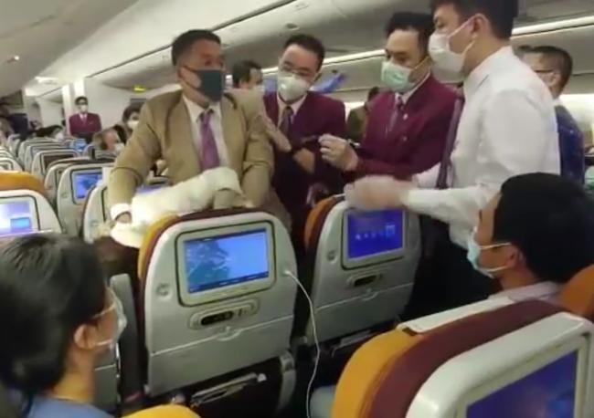 """Nóng lòng muốn xuống khỏi máy bay, nữ hành khách Trung Quốc """"chơi chiêu"""" ho thẳng vào tiếp viên gây ra cảnh tượng hỗn loạn - Ảnh 3."""