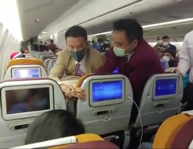 """Nóng lòng muốn xuống khỏi máy bay, nữ hành khách Trung Quốc """"chơi chiêu"""" ho thẳng vào tiếp viên gây ra cảnh tượng hỗn loạn - Ảnh 2."""