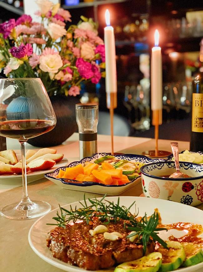 Bà xã Shark Hưng khiến chị em phát hờn khi hạnh phúc khoe được chồng tự tay nấu bữa tối sang chảnh - Ảnh 3.