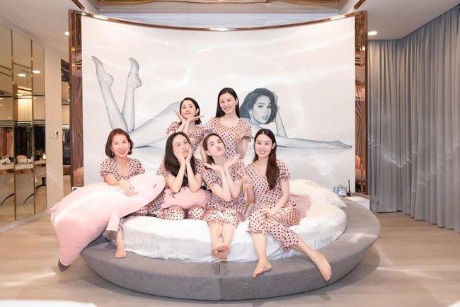 Chán diện đồ hiệu, Phượng Chanel rủ Ngọc Trinh mặc đồ ngủ hồng, hóa thiếu nữ mơ mộng - Ảnh 2.