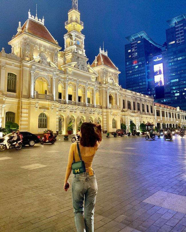 Đỗ Mỹ Linh diện áo hai dây kết hợp quần jeans khoe dáng vóc nuột nà.