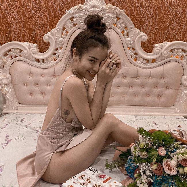 Phương Trinh Jolie để lộ thân hình nóng bỏng trong chiếc váy ngủ gợi cảm.