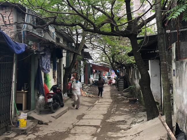 Hà Nội: Hình ảnh mới nhất của người dân cách ly tại nơi có bệnh nhân 39 dương tính - Ảnh 3.
