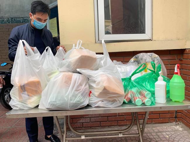 Hà Nội: Hình ảnh mới nhất của người dân cách ly tại nơi có bệnh nhân 39 dương tính - Ảnh 2.