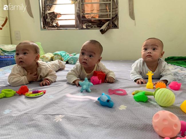 Hé lộ cuộc sống của gia đình bỉm sữa sinh ba: 2 tháng đầu gần như trắng đêm, bà nội, ngoại và 2 người giúp việc hỗ trợ mới xuể - Ảnh 3.