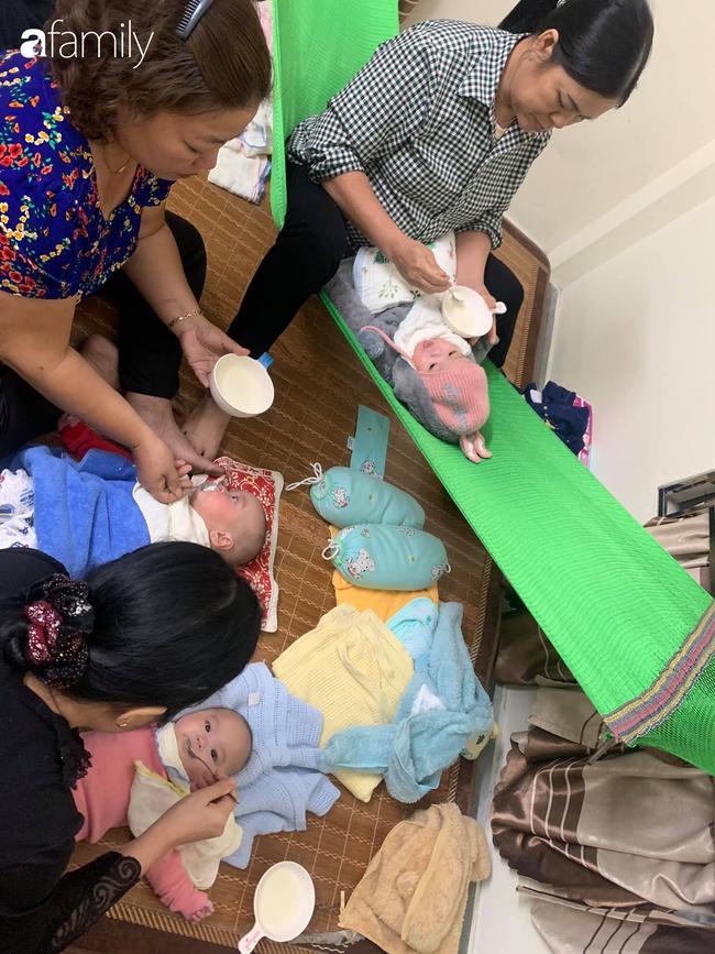 Hé lộ cuộc sống của gia đình bỉm sữa sinh ba: 2 tháng đầu gần như trắng đêm, bà nội, ngoại và 2 người giúp việc hỗ trợ mới xuể - Ảnh 5.