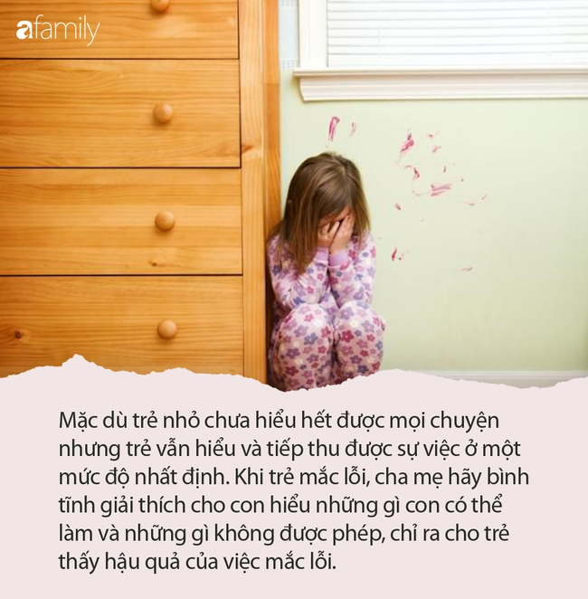 Mẹ đi làm về giật mình thấy con gái nghịch ngợm đang quỳ trước mặt bố, biết nguyên do cô đành phải nín cười - Ảnh 5.