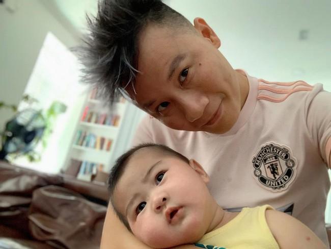 Bà xã ca sĩ Hoàng Bách mách các mẹ mẹo giảm tình trạng nôn trớ ở trẻ sơ sinh - Ảnh 1.