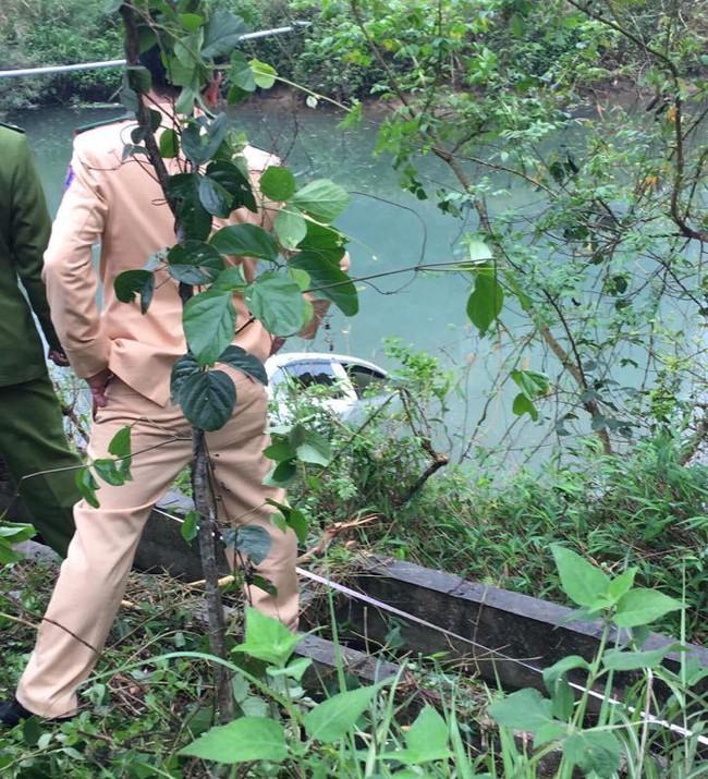 Lạng Sơn: Nữ tài xế mắc kẹt tử vong trên ghế lái sau khi ô tô con chìm xuống sông - Ảnh 3.