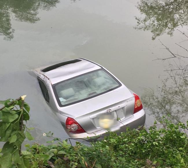 Lạng Sơn: Nữ tài xế mắc kẹt tử vong trên ghế lái sau khi ô tô con chìm xuống sông - Ảnh 2.