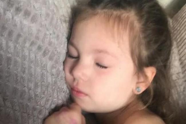 Ông bố lên tiếng cảnh báo sau khi con gái 4 tuổi suýt chết vì bố mẹ cho uống thuốc không có chỉ định của bác sĩ - Ảnh 1.